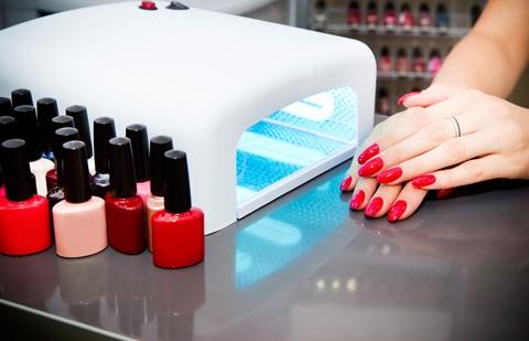 Mujer pintándose las uñas