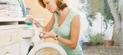 Señora y lavadora