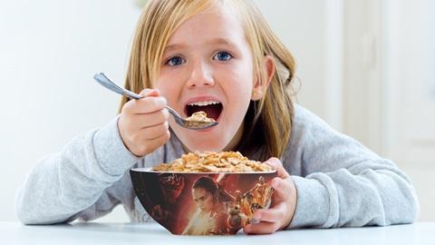 niña come cereales con tazón de star wars