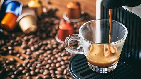 Máquina de café haciendo un café de cápsula