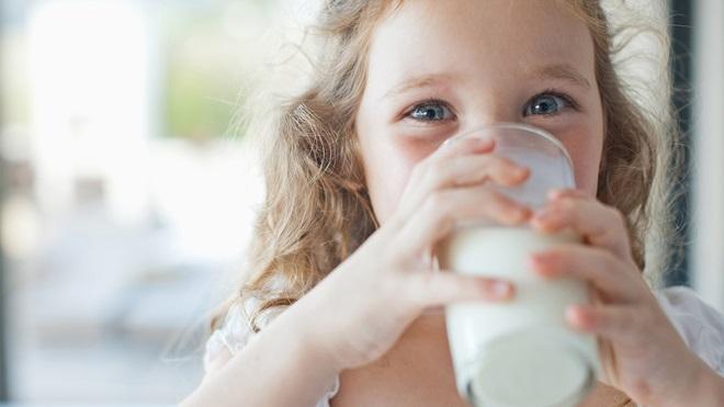 Lo conveniente de beber leche antes de los 5 años