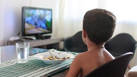 Más de la mitad de los anuncios en la tele de alimentos para niños son insanos