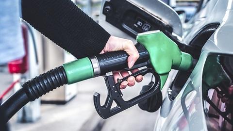 gasolineras-coche-repostando