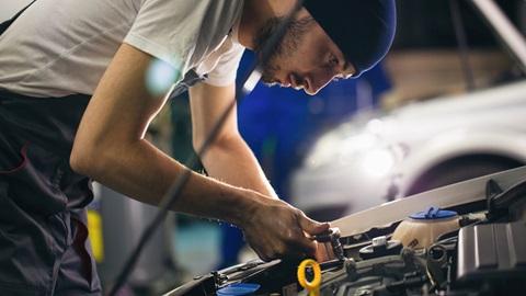 Técnico en un taller de coches