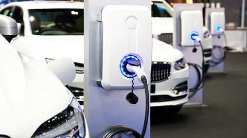 coche-electrico-recargandose