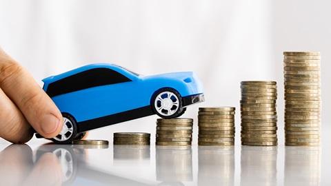 consumo-combustible-coche-montaña-monedas