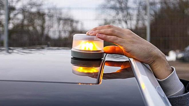 luz-emergencia-v16-instalada-en-techo-coche