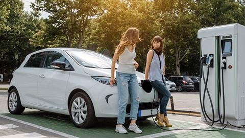 coche-electrico-dos-mujeres-estacion-de-carga