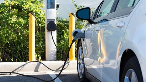 coche electrico en recarga