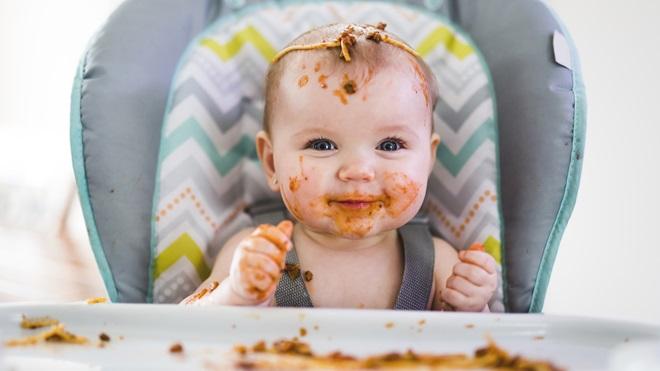 Cómo limpiar comida de la ropa del bebé