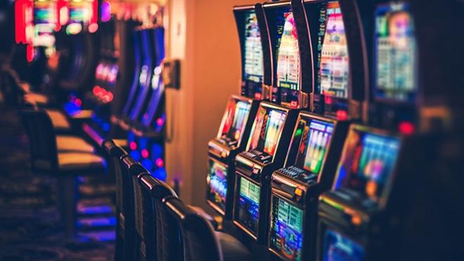 Interior de un local de apuestas y juegos de azar
