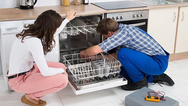 tecnico-revisando-una-lavavajillas