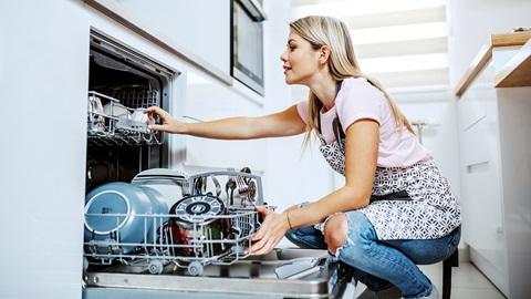 lavavajillas-mujer-utilizandolo