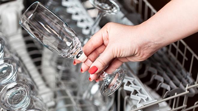 lavar copas en lavavajillas