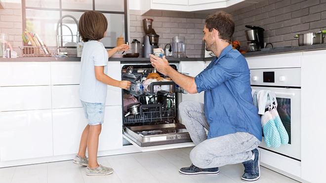 padre-hijo-abriendo-un-lavavajillas