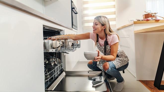 cargando-el-lavavajillas