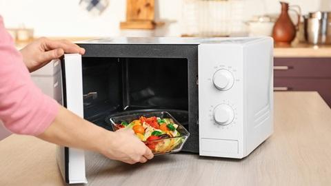microondas-con-plato-verduras