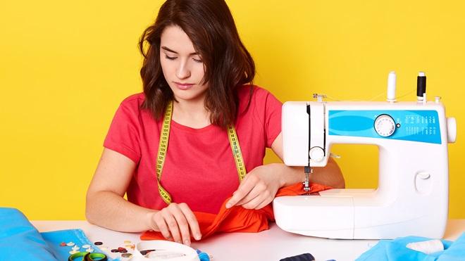 maquina-coser-con-costurera