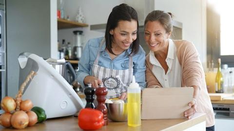 madre-hija-cocinando-con-robot-Thermomix