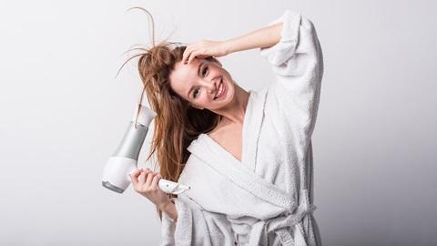 Persona-con-secador-de-pelo
