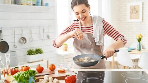 placa-vitroceramica-mujer-cocinando