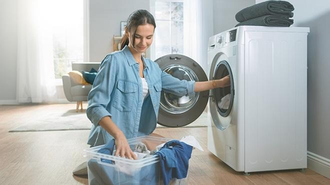 persona-llenando-secadora