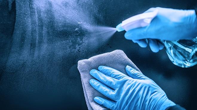 Uso de bactericidas y viricidas para desinfección de superficies. Imagen extraída de https://www.ocu.org/vivienda-y-energia/equipamiento-hogar/consejos/viricidas-hogar