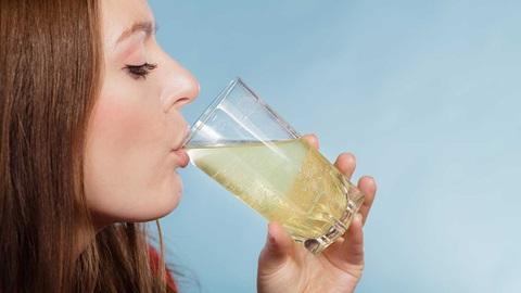 mujer bebiendo vaso suero liquido hidratacion