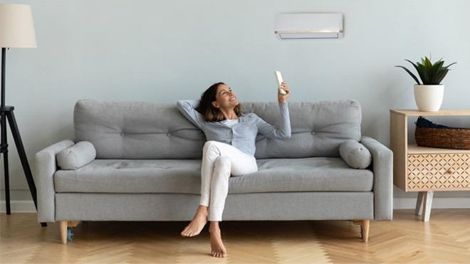 aire-acondicionado-mujer-sofa