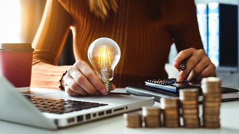 Ahorrar energía bombilla y ordenador