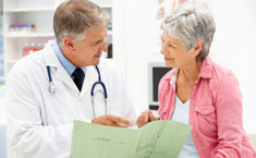 Señora en consulta médica