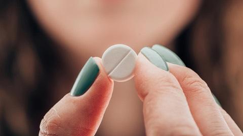 Muchacha sosteniendo pastilla